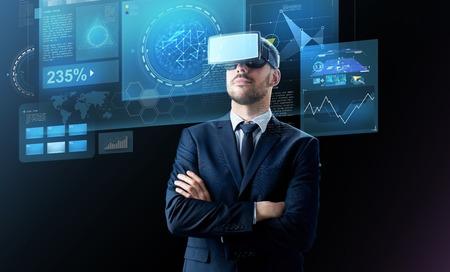 empresário em realidade virtual auricular sobre preto Foto de archivo