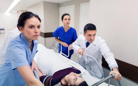 응급시 병원 거니 여성과 의료진 스톡 콘텐츠