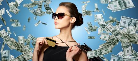 Gelukkige vrouw met creditcard en boodschappentassen Stockfoto