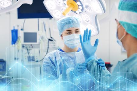 chirurgen in de operatiekamer in het ziekenhuis