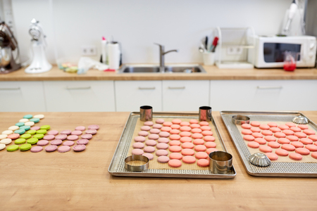 macarons op ovenschalen bij banketbakkerij Stockfoto