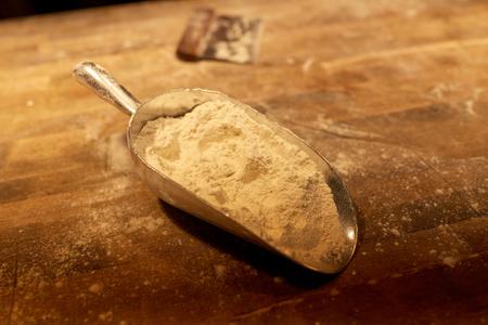 テーブルの上のパン屋さんスクープと生地カッターで小麦粉します。 写真素材