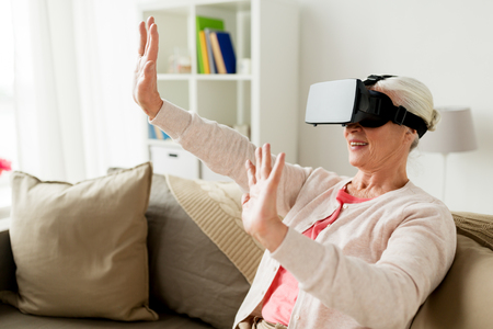 Oude vrouw in virtuele reality headset of 3d bril