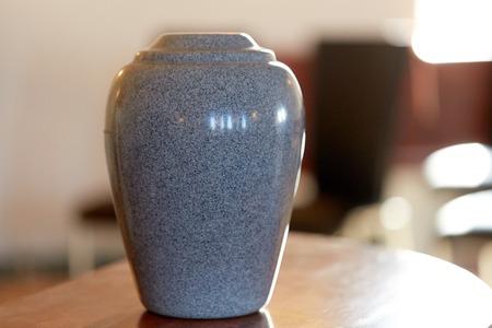 crematie urn op tafel in de kerk
