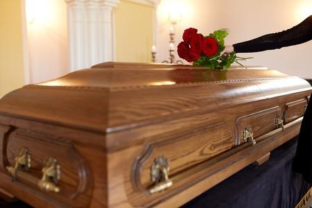 빨간색 장미와 장례식에서 관 여자