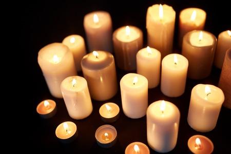 검정 배경 위에 어둠 속에서 굽기 촛불