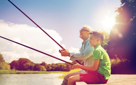 Großvater und Enkel Angeln auf dem Fluss Anlegeplatz Standard-Bild - 84110669