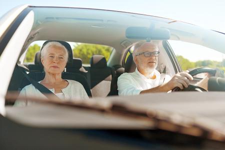 gelukkig senior koppel rijden in de auto Stockfoto