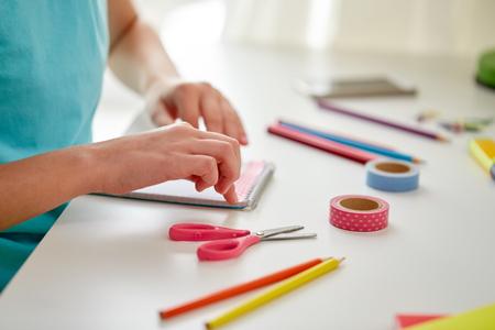 concetto della gente, dei bambini, di creatività e di arte - mani della ragazza che fanno qualcosa nel paese