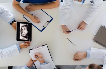 의학, 의료 및 구강 수술 개념 - 닥터 또는 턱 논의 x-ray 그룹 tablet pc 컴퓨터 화면 병원 또는 얼굴 및 턱 수술 센터