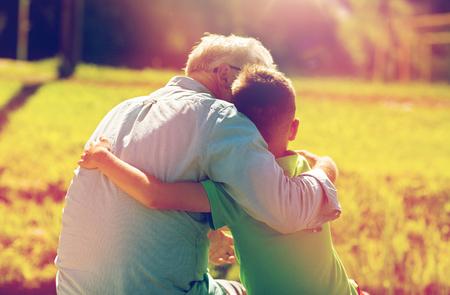 할아버지와 손자 야외에서 포옹