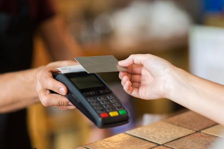 les mains avec terminal de paiement et carte de crédit