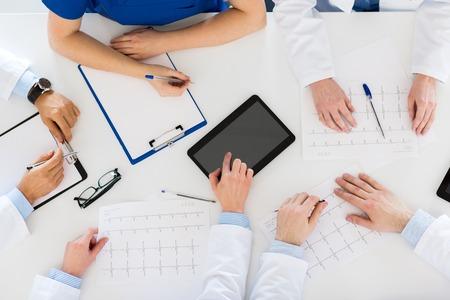 Médicos con cardiogramas y tablet pc en el hospital Foto de archivo - 84654959