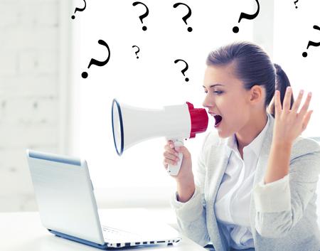 foto van strikte zakenvrouw schreeuwen in megafoon