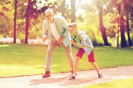 Grootvader en kleinzoonwedstrijd bij zomerpark
