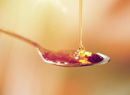 蜂蜜小さじ 1 杯を注ぐをクローズ アップ