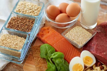 natuurlijk eiwitrijk voedsel op tafel Stockfoto