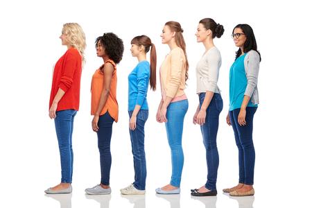 Internationale Gruppe der glücklich lächelnde Frauen Standard-Bild - 85004931