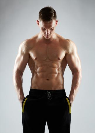 裸の胴体を持つ若い男性またはボディービルダー 写真素材