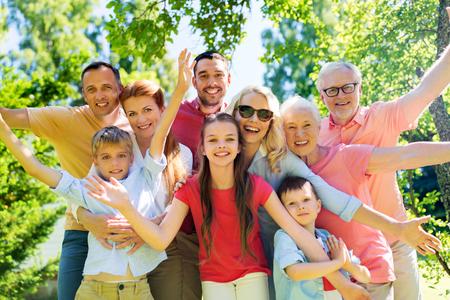 portrait de famille heureuse dans le jardin d & # 39 ;
