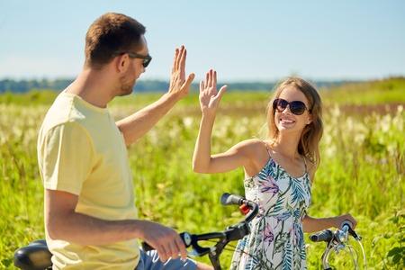 高い5を作る自転車と幸せなカップル 写真素材