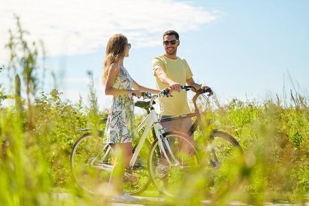 나라에서 자전거와 행복한 커플 스톡 콘텐츠
