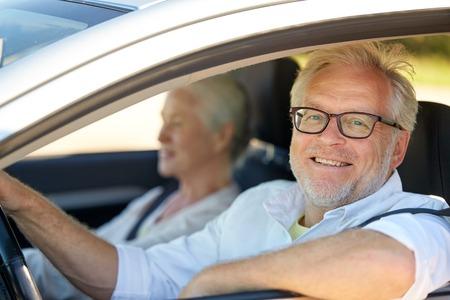 차에서 운전하는 행복 한 고위 커플