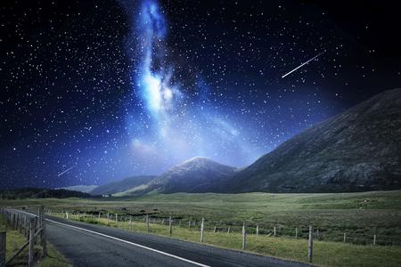 paysage de nuit de route et montagnes sur l & # 39 ; espace