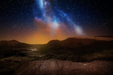 berglandschap over nachthemel of ruimte Stockfoto