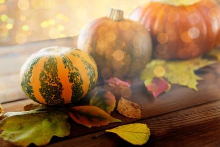 収穫、季節、広告、秋のコンセプト - カボチャや木製テーブル自宅に葉のクローズ アップ 写真素材