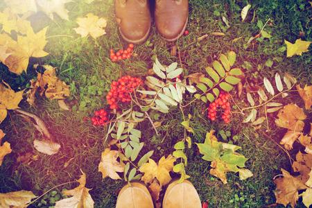 ローワンベリーと紅葉のブーツの足 写真素材 - 85366039