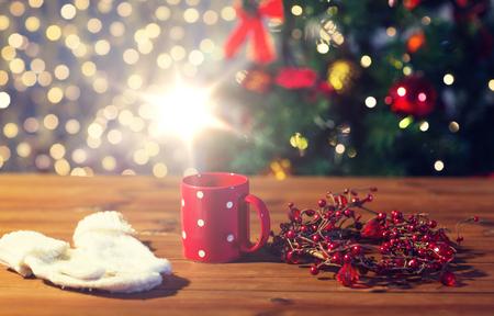 장갑과 크리스마스 장식과 함께 차 컵