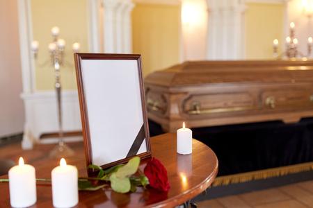 Cornice fotografica e bara al funerale in chiesa Archivio Fotografico - 89513051