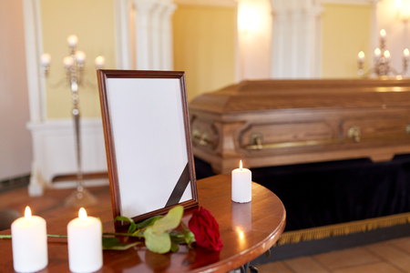 photo frame and coffin at funeral in church Stockfoto