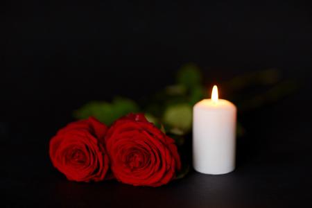 빨간 장미와 검정 배경 위에 레코딩 촛불