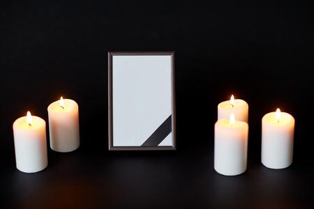 사진 프레임에 검은 리본과 장례식에 촛불