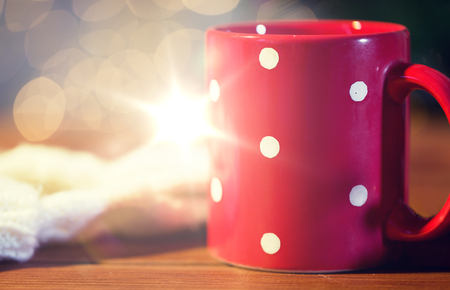 red polka dot tea cup on wooden table Banque d'images