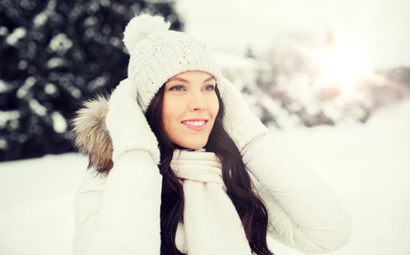 happy woman outdoors in winter clothes Banque d'images