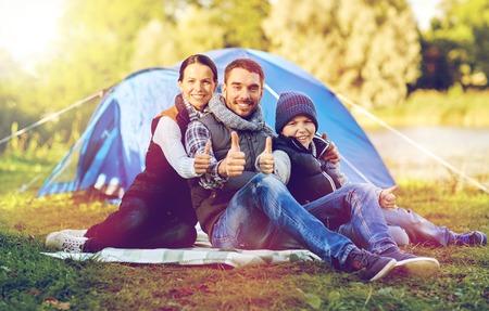 Famille heureuse avec tente au chantier de camp Banque d'images - 85898889