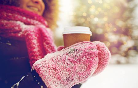 겨울에 야외에서 커피와 손을 가까이 스톡 콘텐츠