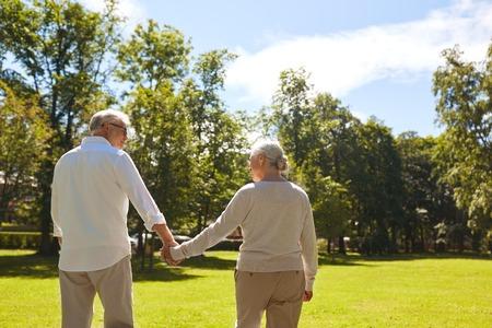 Couple senior heureux en train de marcher dans un parc d'été Banque d'images - 85952007