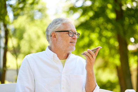 old man using voice command recorder on smartphone Banque d'images
