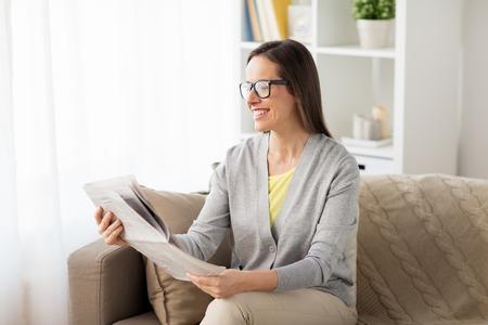 가정에서 신문을 읽는 행복한 여자 스톡 콘텐츠