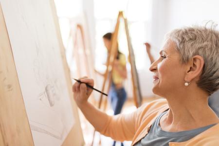 vrouwenkunstenaar met potloodtekening op kunstacademie