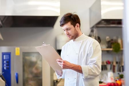 Chef-kok met klembord inventaris op restaurant