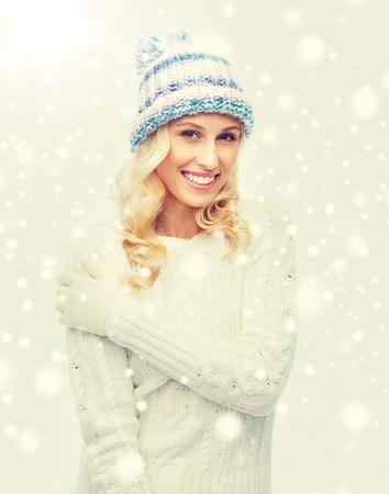 Concetto di inverno, moda, Natale e persone - sorridente giovane donna in cappello, maglione e guanti invernali Archivio Fotografico - 86305480