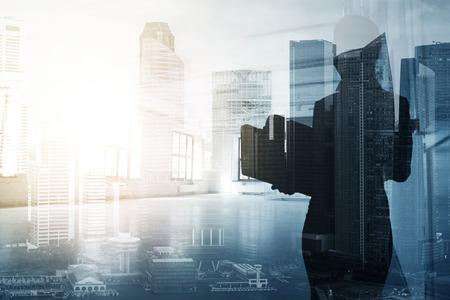 ビジネスウーマンや都市の背景の秘書 写真素材