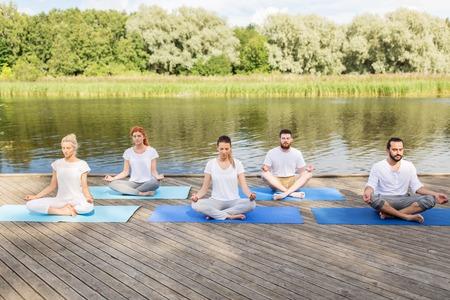 mensen mediteren in yoga lotus pose buitenshuis