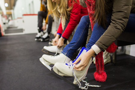 Sluit omhoog van vrouw die op schaatsen zet