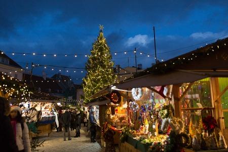 Kerstmarkt op het oude stadhuisplein van Tallinn Stockfoto - 87163157
